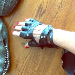 🌴🌴fingerless black rocker gloves